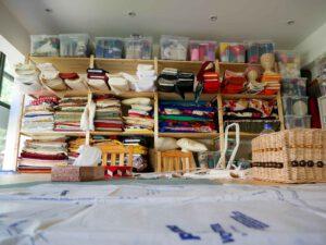Beschäftigungstagesstätte: Regal voll mit bunten Stoffen