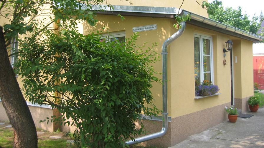 Therapeutische Wohngemeinschaft Hultschiner Damm von außen Haus mit gelblicher Fassade