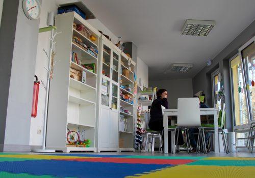 Bücherregale, davor ein großer Tisch im Kindercafé