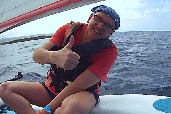 Betreute Reise Jamaika: Mann sitzt auf einem Boot