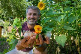 Projektleiter Ioseb Kartlelishvili zeigt einen Strauch aus gepflückten Kräutern
