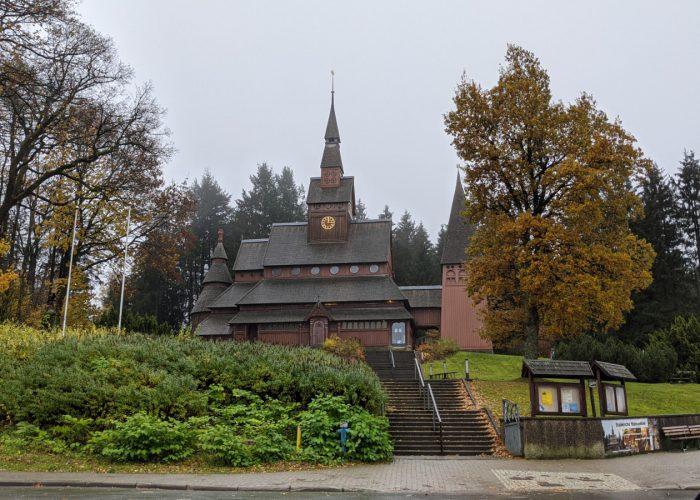 Betreute Reise Harz. Sicht auf die Stabkirche Hahnenklee